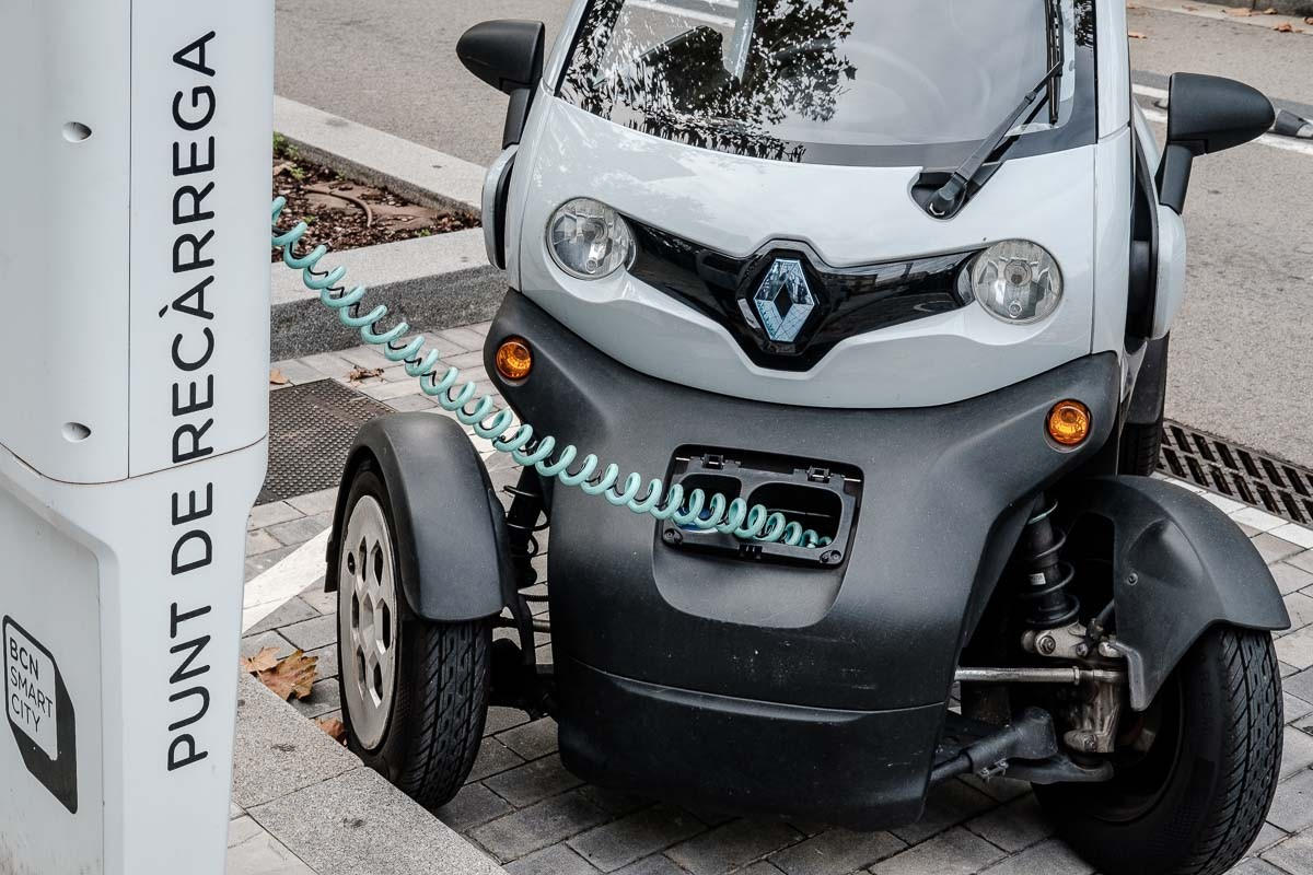 Un cotxe elèctric carregant la bateria en un punt de recàrrega de la Diagonal.