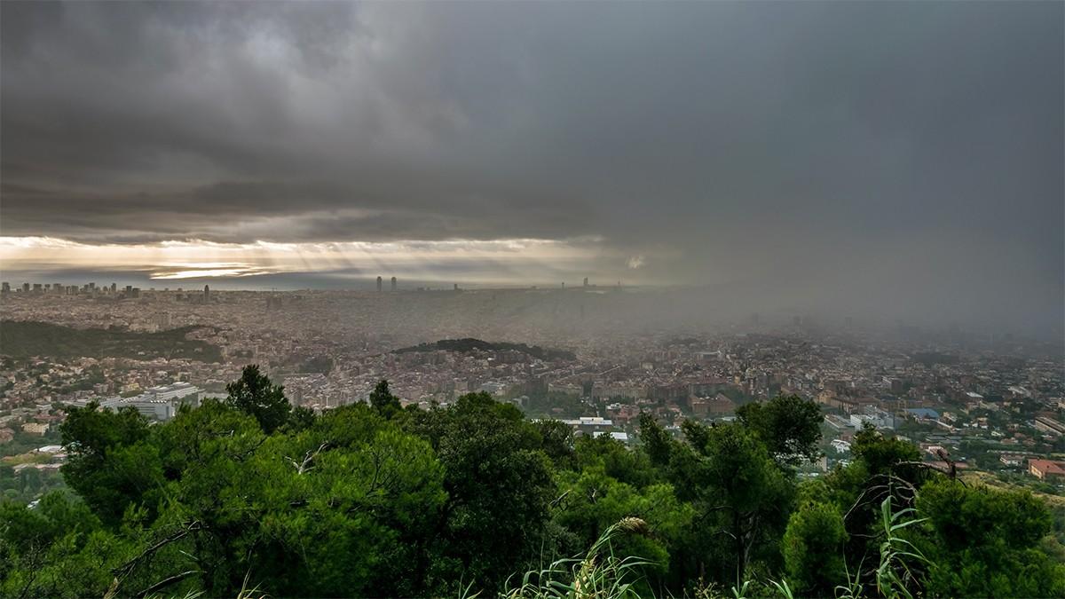 Una tempesta sobre Barcelona, en imatge d'arxiu.