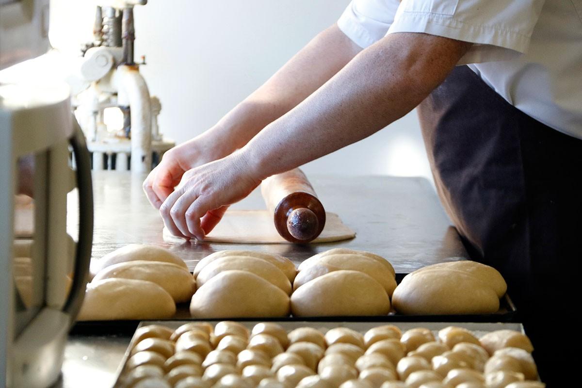 Un pastisser treballa la massa per fer un tortell de Reis
