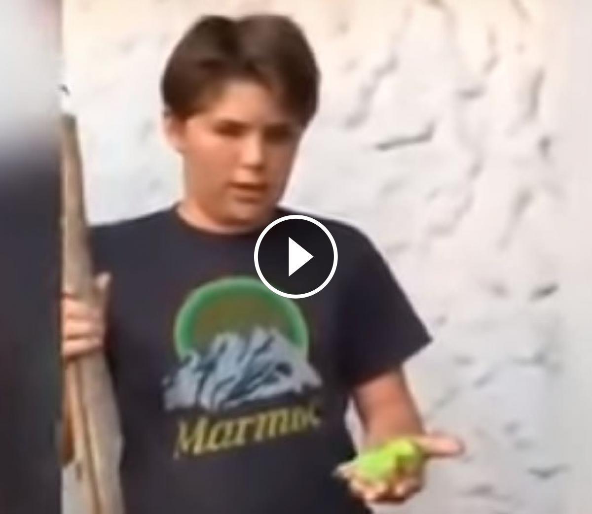 El nen que es disposa a enterrar el seu canari