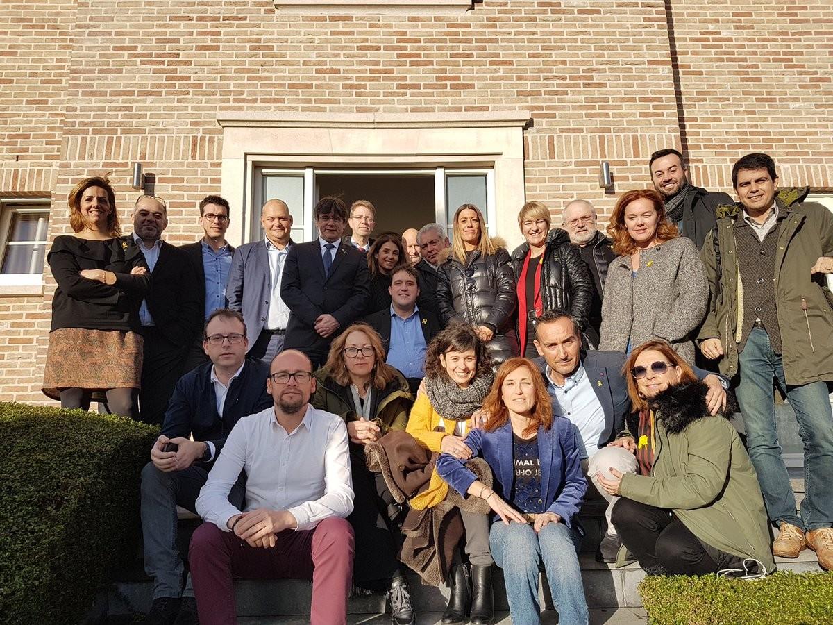 Foto de família de l'executiva del PDECat amb Carles Puigdemont