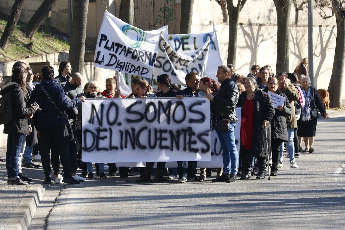 Veïns de Font de la Pólvora de Girona en una manifestació contra els talls de llum.