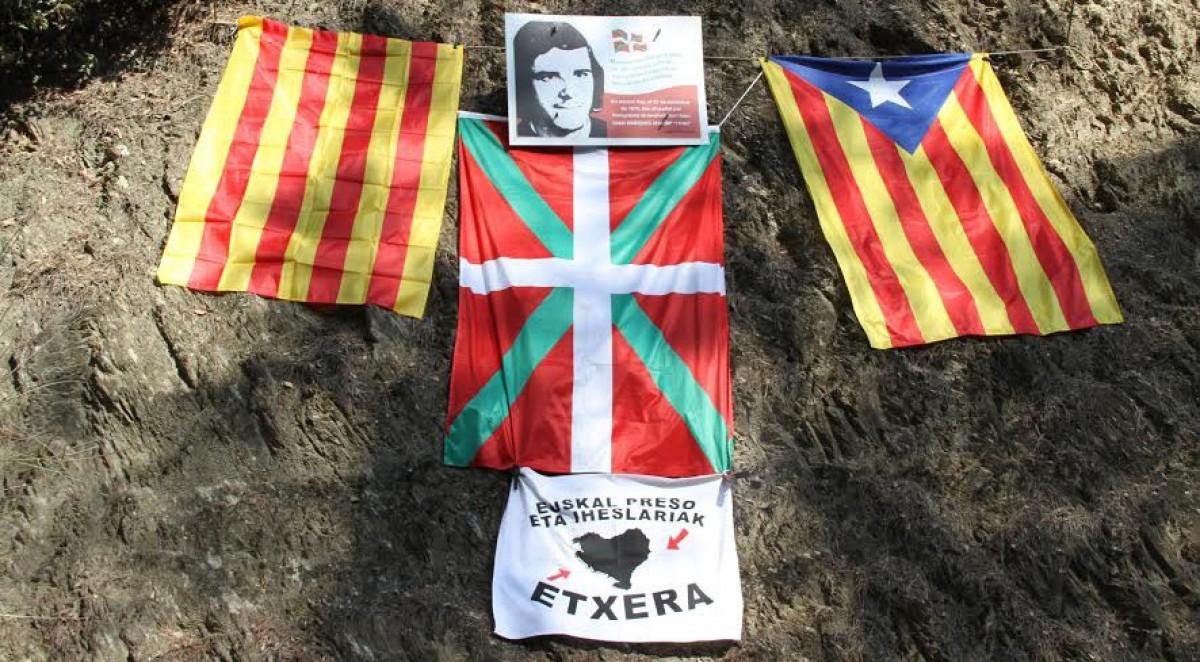 Banderes catalanes i basques a l'indret de l'afusellament.