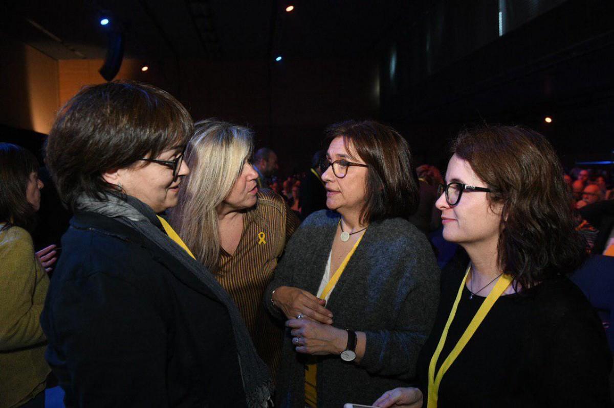 Les parelles de Josep Rull, Jordi Turull i Jordi Sànchez, amb la gemana de Toni Comín