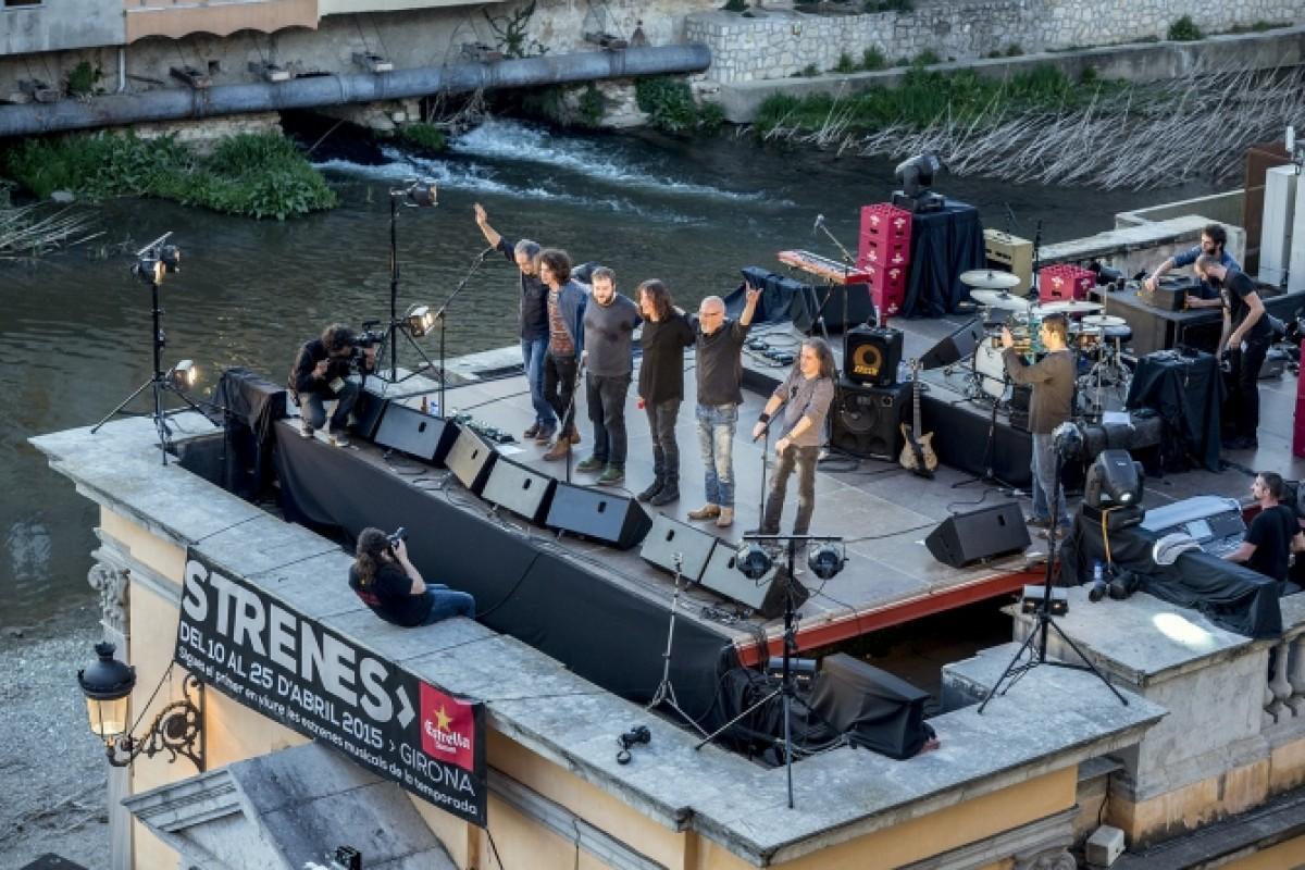 Sopa de Cabra al concert sorpresa del festival Strenes al terrat de l'Oficina de Turisme
