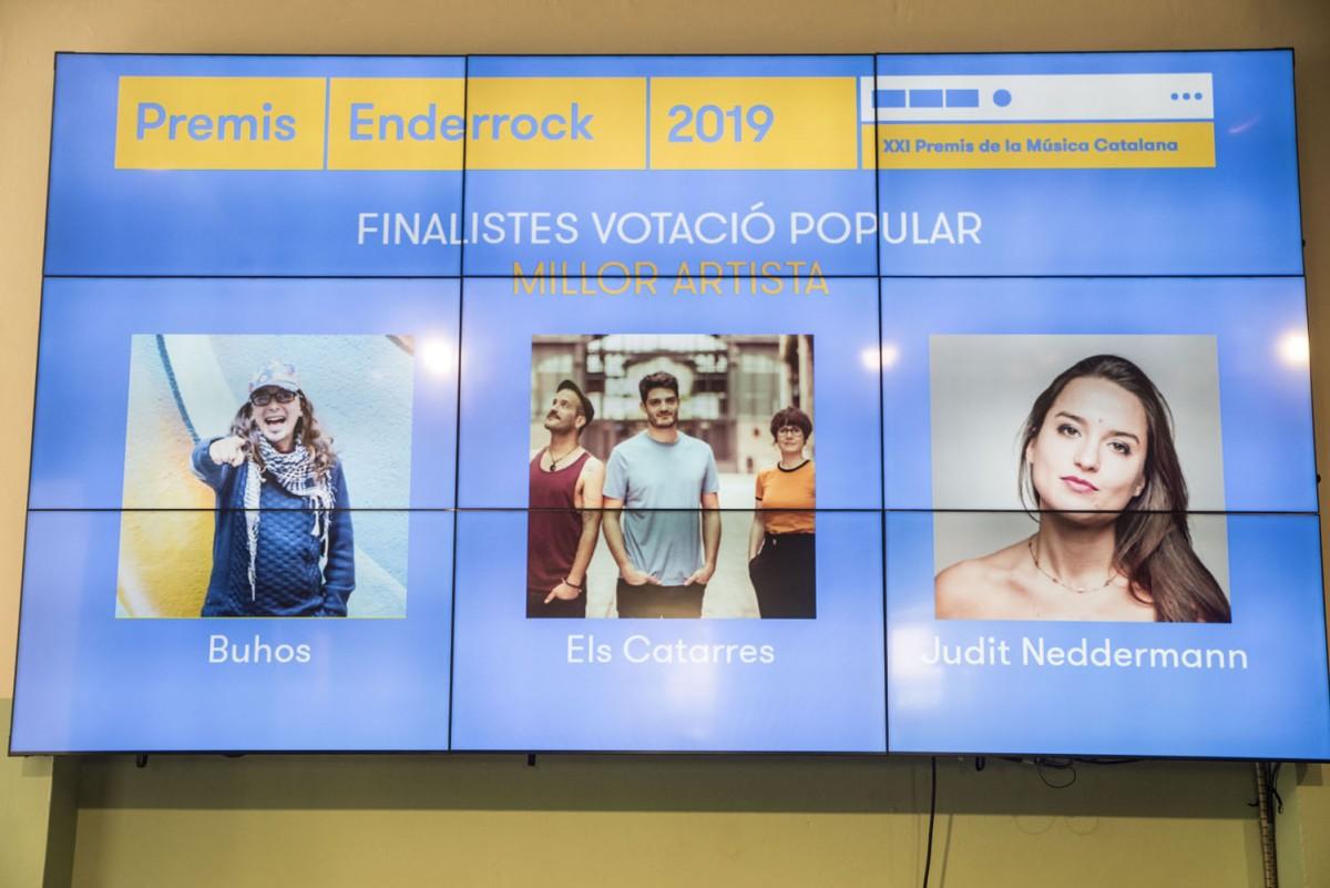 Foto de família amb alguns dels artistes que passen a la tercera volta de la votació popular