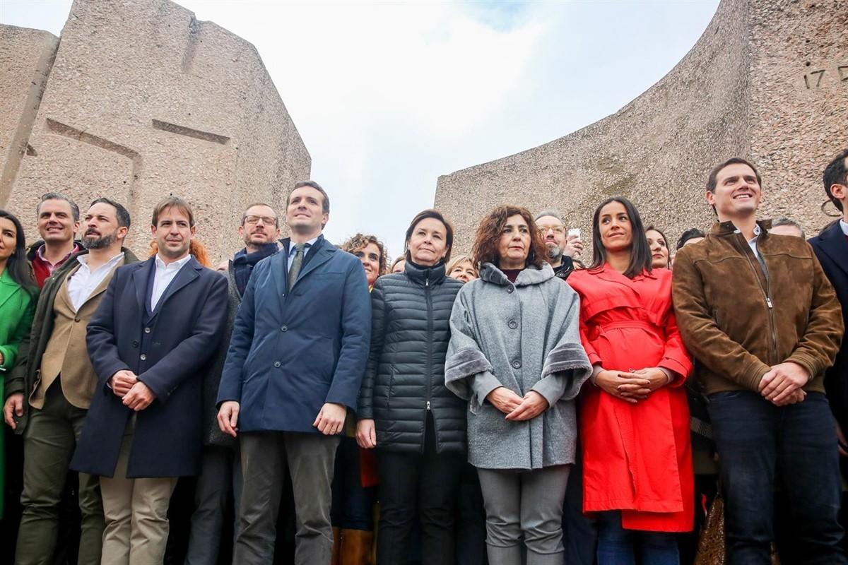 Abascal, Casado i Arrimadas, junts a l'escenari de la concentració de Colón de Madrid, el febrer del 2019.