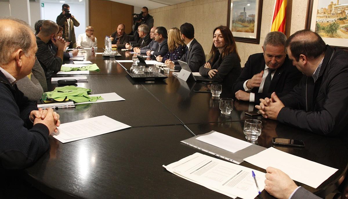 Els alcaldes i representants reunits al Consell Comarcal de la Ribera d'Ebre amb el conseller de Territori, Damià Calvet.