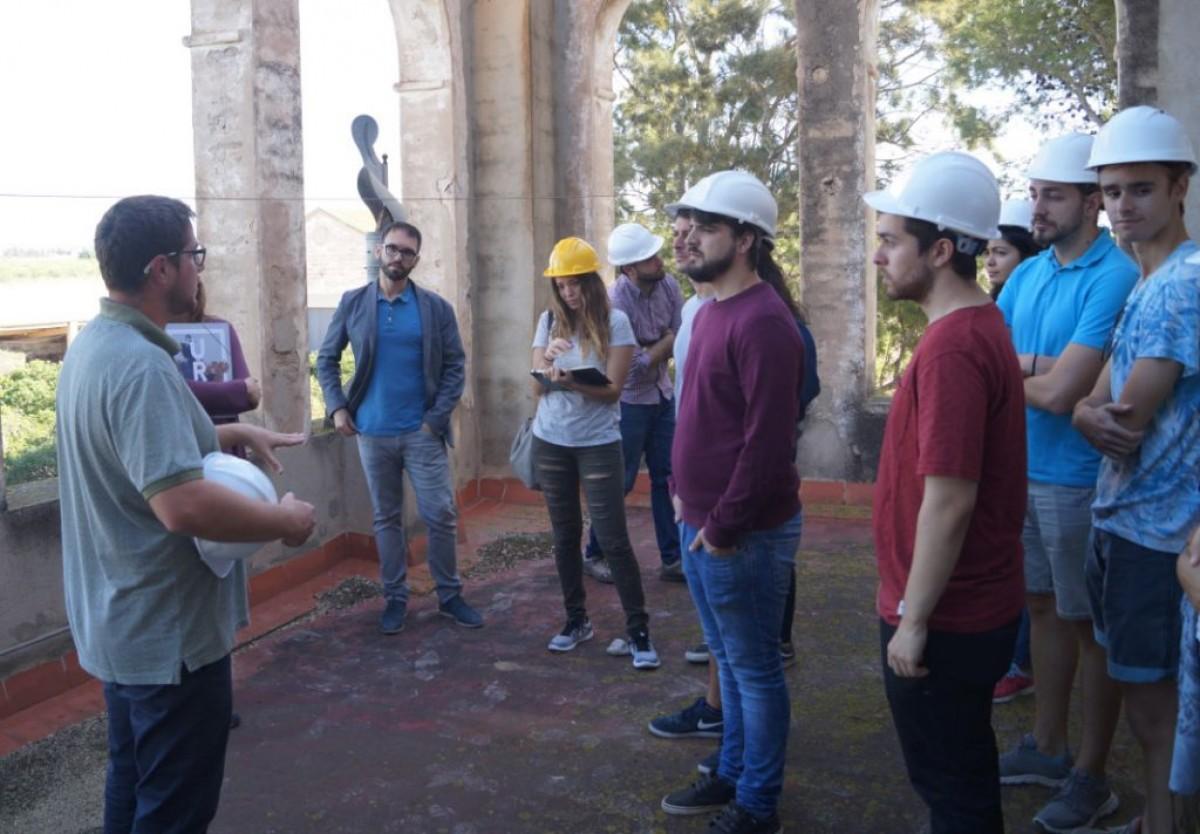 Els professors i estudiants de l'ETSA durant una visita a l'ermita de l'Aldea.