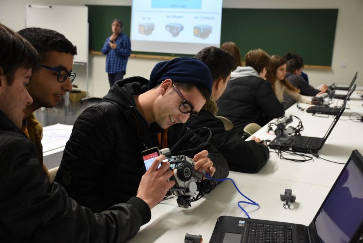 Una imatge del taller sobre com programar un robot