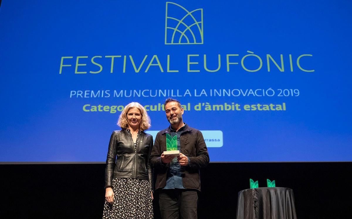 La directora general d'Indústria, Matilde Villaroya, va entregar el premi al director de l'Eufònic, el rapitenc Vicent Fibla
