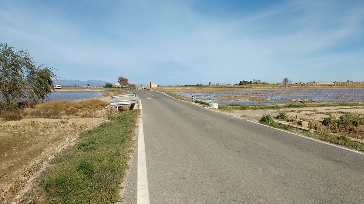 La carretera TV-3401 que va de l'Ampolla a Deltebre.