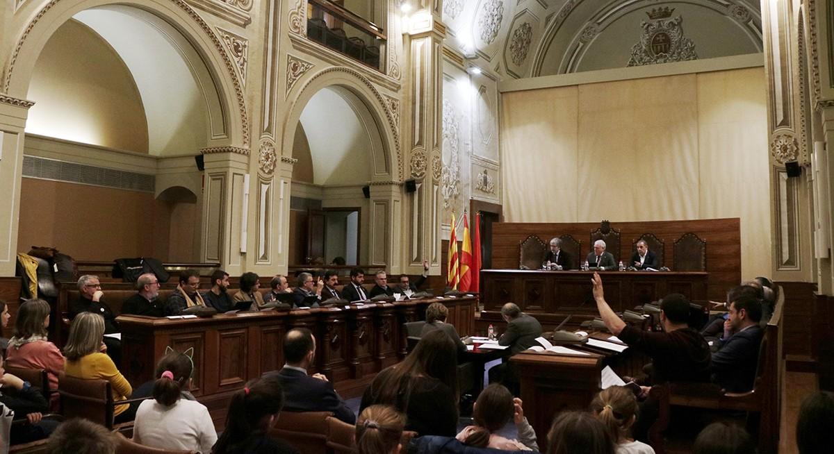 El ple de la Diputació de Tarragona en el moment que ERC i CUP voten a favor de la moció de rebuig a l'abocador de Riba-roja.