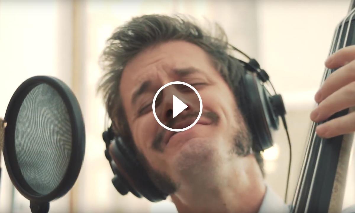 Fotograma del videoclip de Jim War Brou
