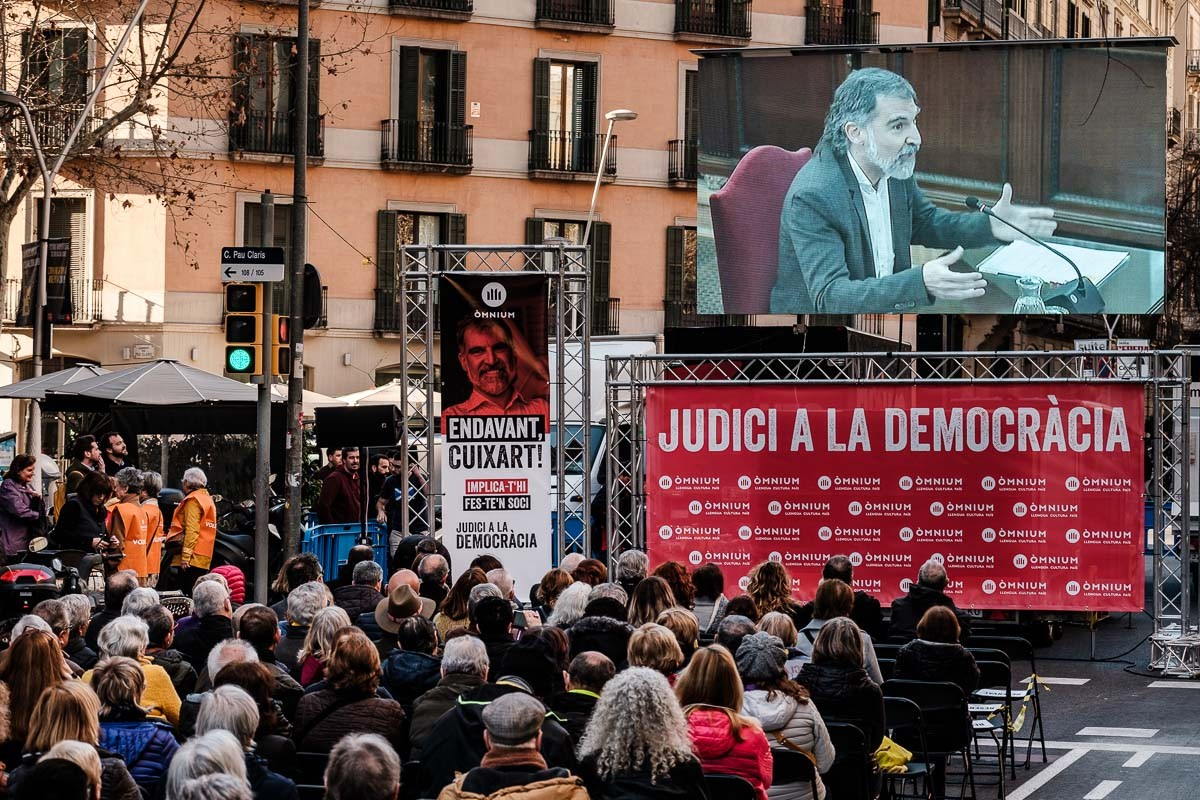 Centenars de persones van seguir la declaració de Cuixart al Suprem davant de la seu d'Òmnium