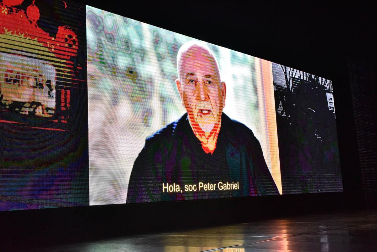 Peter Gabriel durant el vídeo que es va projectar als Premis Enderrock
