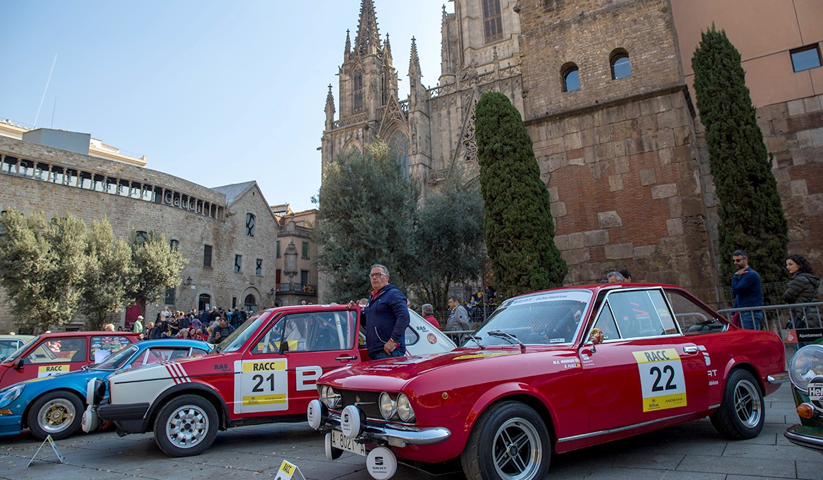 La sortida del rally davant la Catedral de Barcelona
