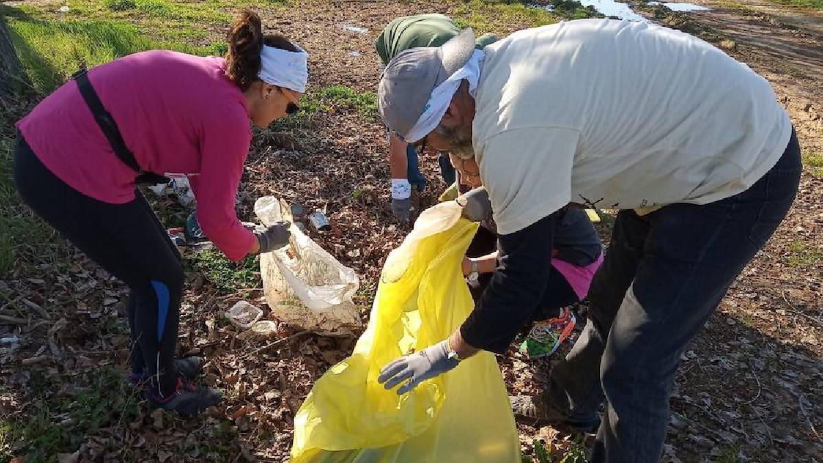 Uns voluntaris fent el #trashtagchallenge a la ribera del Guadiana, Mèrida