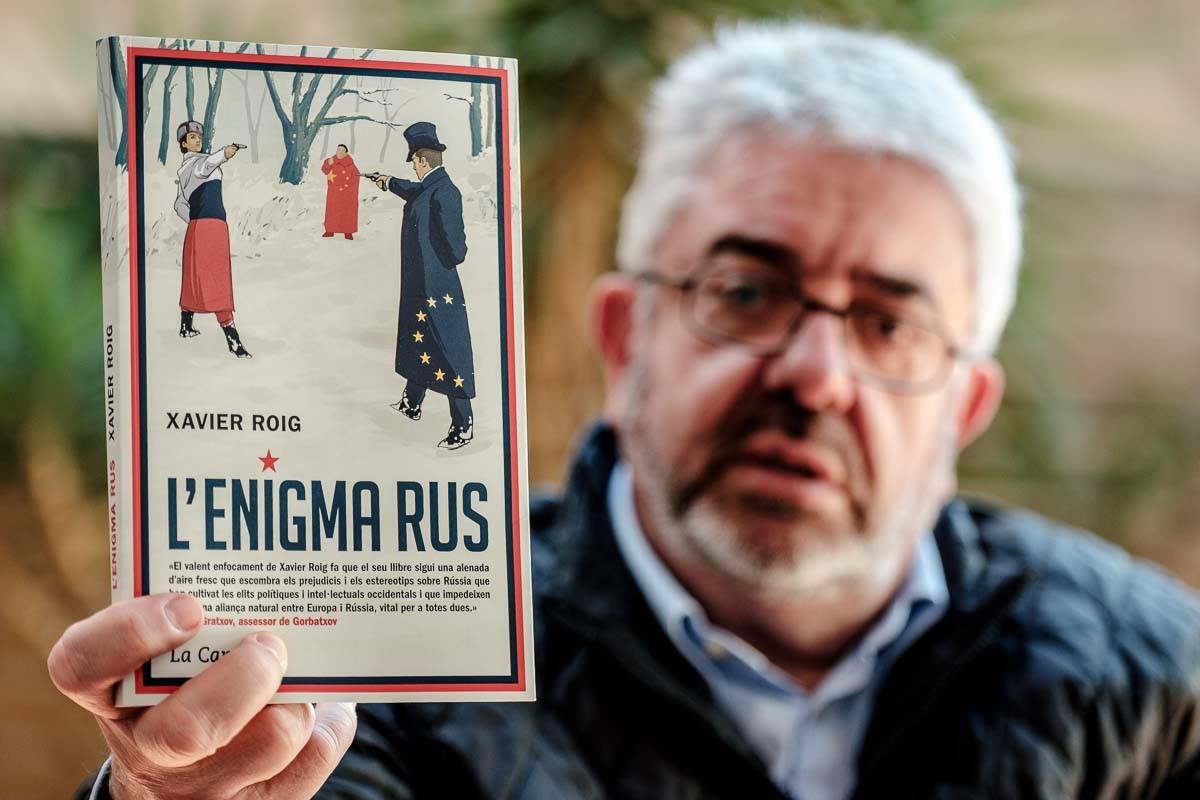 Xavier Roig mostra la portada del seu llibre