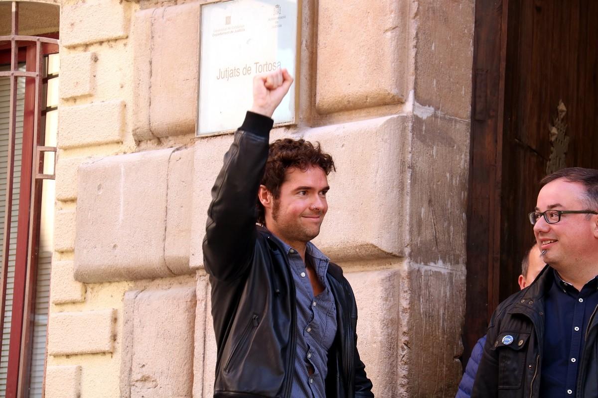 Hierro ha sortit dels jutjats de Tortosa amb el puny alçat.