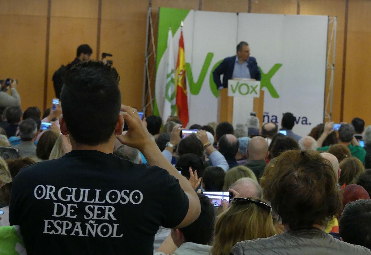 Míting de Vox a Tarragona, amb un dels assistents lluint una samarreta amb missatge clar.