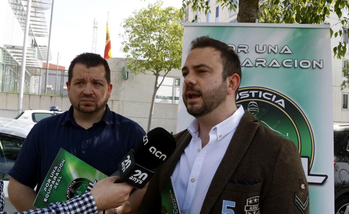 El secretari general de Jucil, Cristian Eric Marco (dreta), atenent els mitjans davant la comandància de Tarragona.