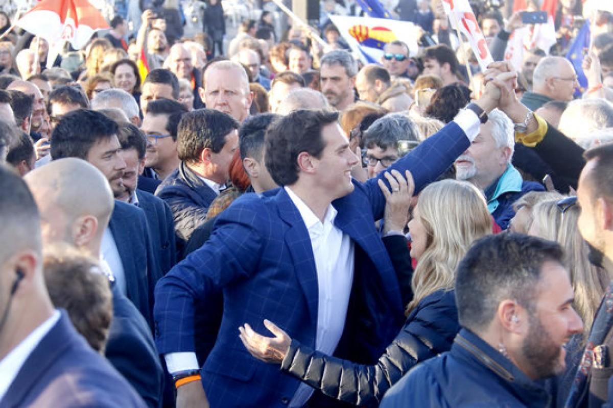 Albert Rivera en l'acte de Ciutadans a Barcelona el 25 d'abril amb Valls darrera
