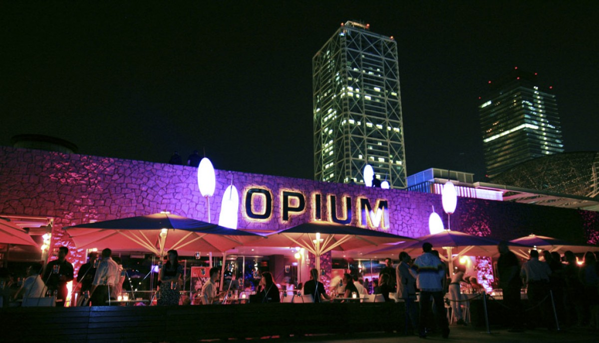 Opium, amb l'Hotel Arts de fons.
