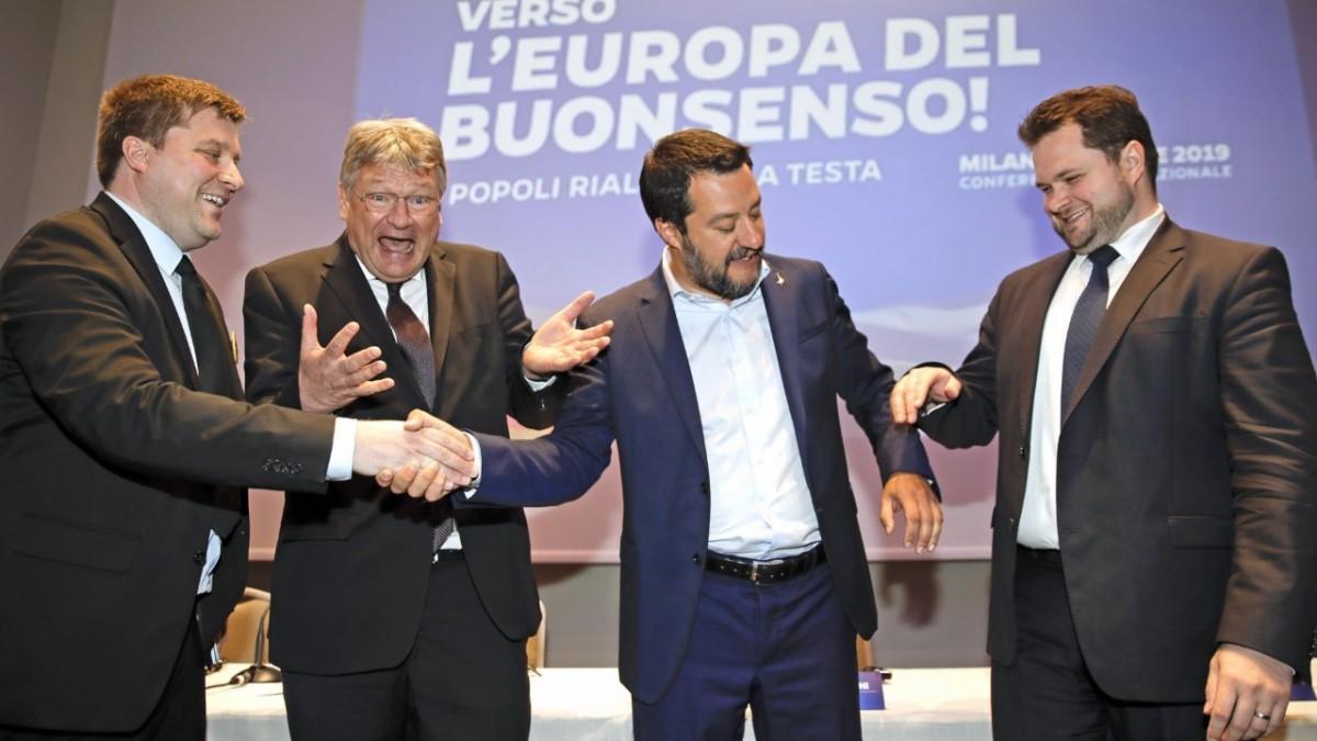 Matteo Salvini, segon per la dreta, junt amb altres dirigents ultres en una cimera recent.