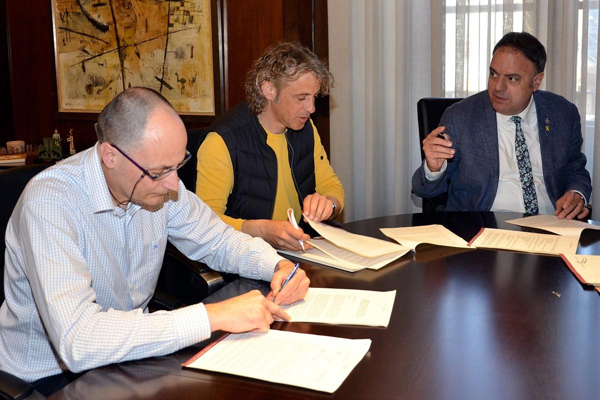 Signatura del conveni de col·laboració entre Ignasi Sala, Joan Soler i Valentí Junyent