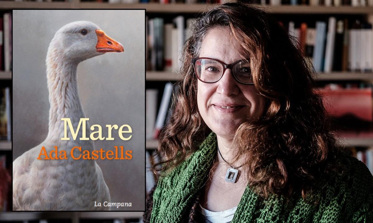 Ada Castells amb la portada del seu llibre «Mare»