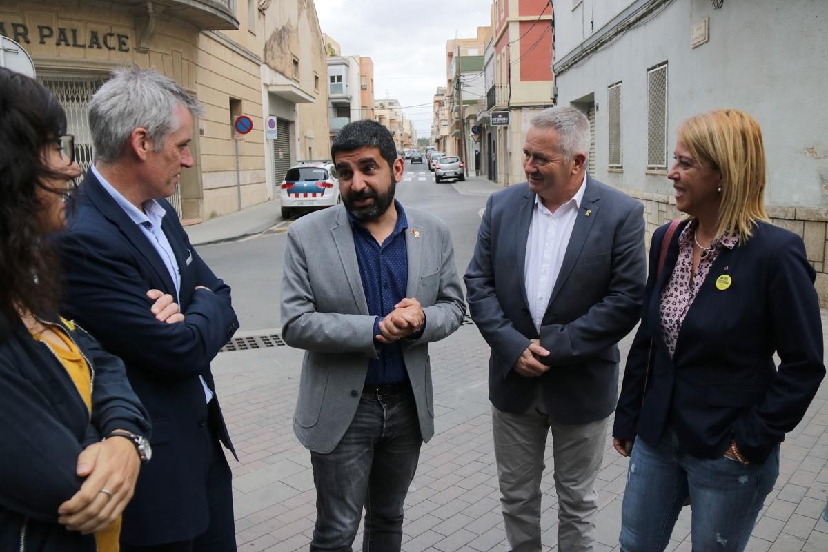 El conseller de Treball, Afers Socials i Famílies, Chakir El Homrani, conversant amb l'alcalde d'Amposta i el delegat del Govern a les Terres de l'Ebre.