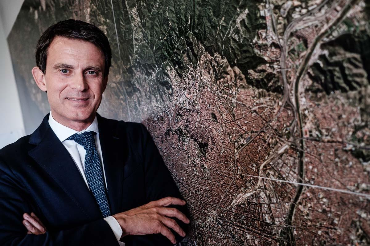 Manuel Valls, al costat d'un mapa de Barcelona.