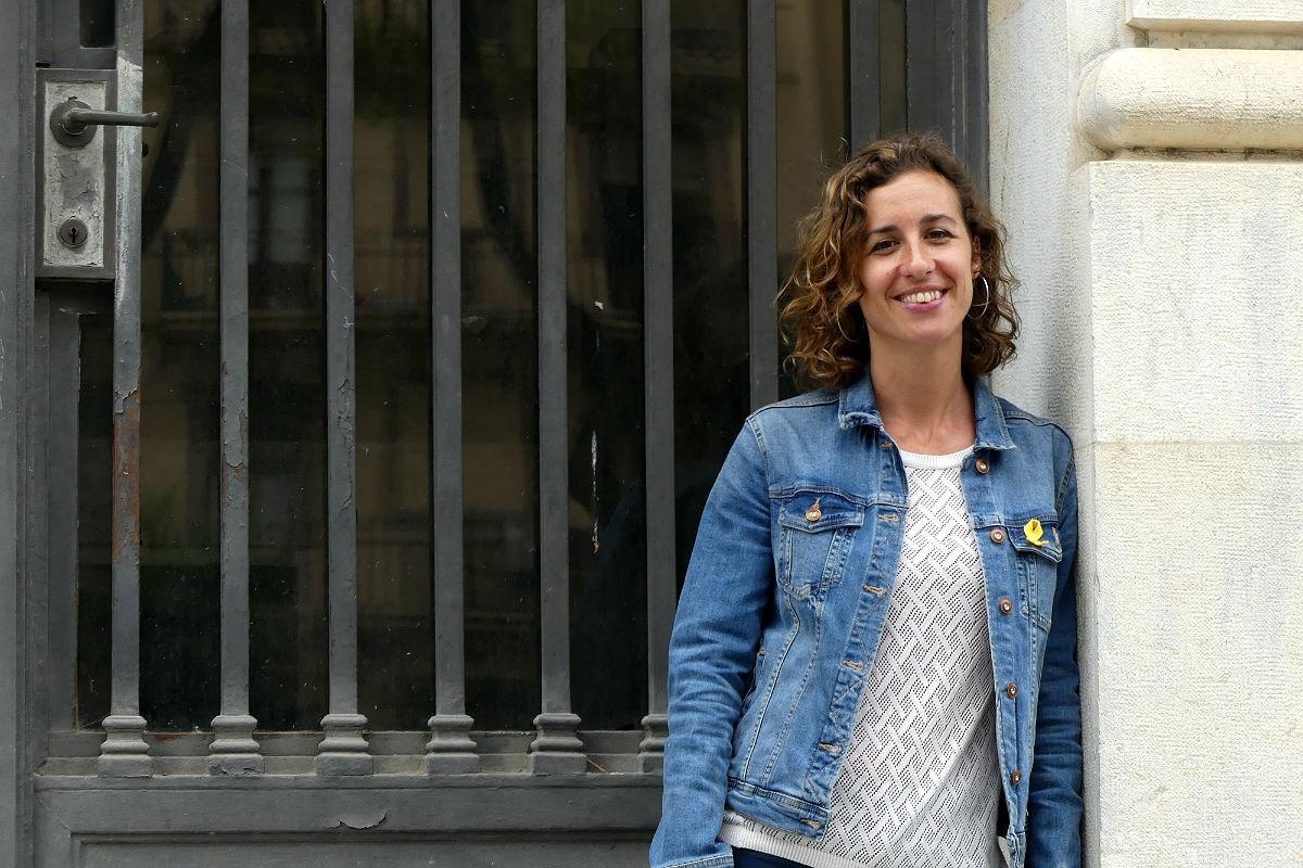 Laia Estrada, cap de llista de la CUP, a les portes del Banc d'Espanya a Tarragona.