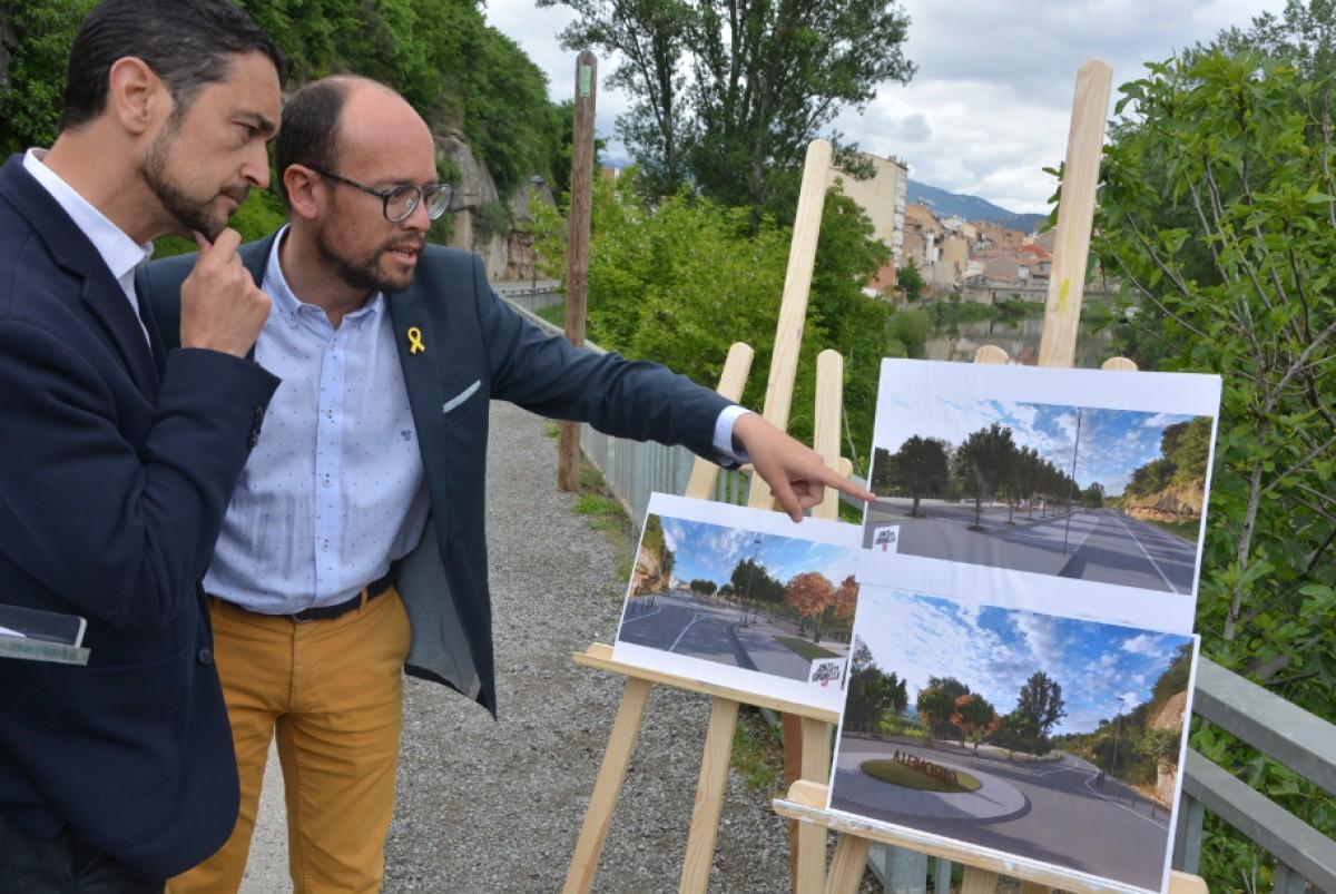 David Font mostrant a Damià Calvet imatges del projecte.
