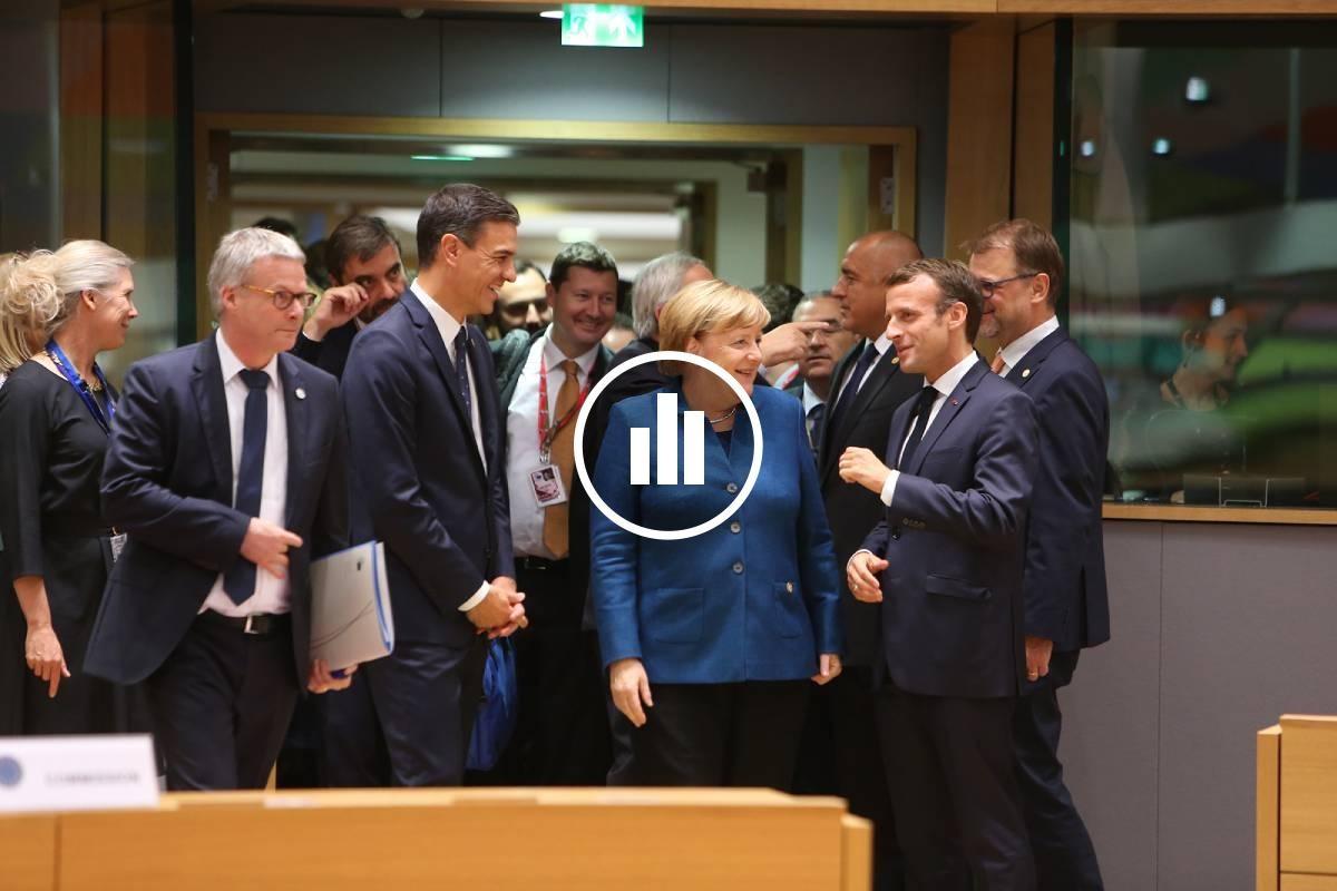 Pedro Sánchez, parlant amb Angela Merkel i Emmanuel Macron, a l'inici d'un Consell Europeu.