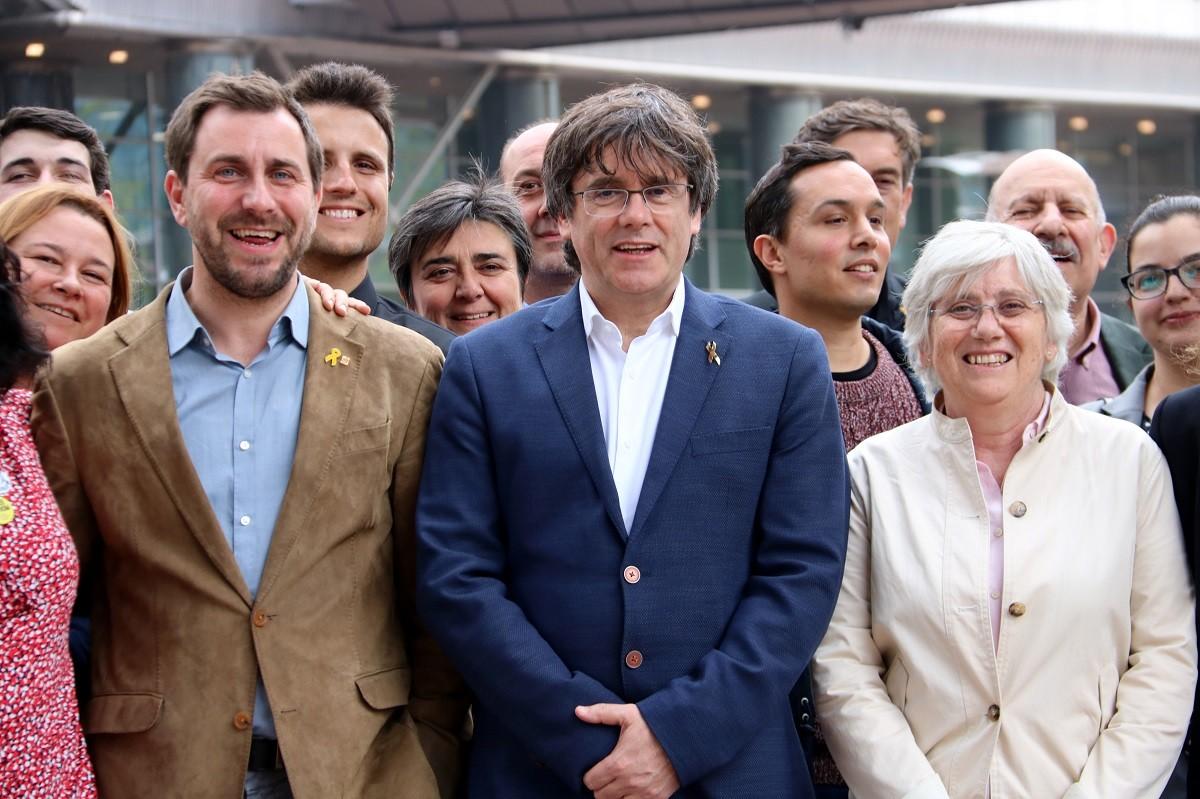 Carles Puigdemont amb Toni Comín i Clara Ponsatí, en campanya a Brussel·les.