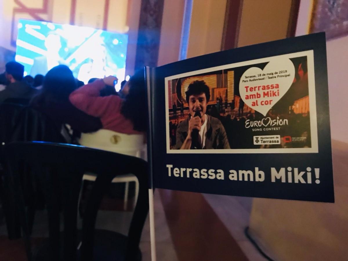 Bandera de suport a Miki a Eurovisió.