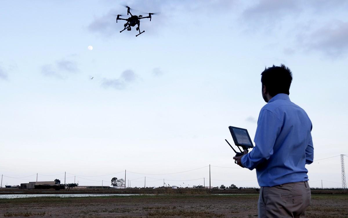 Tècnics d'Ebredrone fent volar un dels aparells a Poble Nou del Delta.