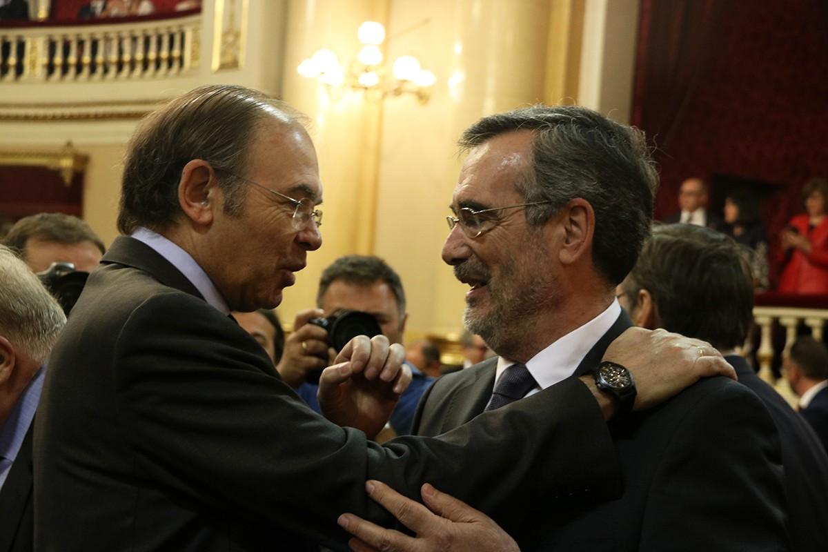 Manuel Cruz se saluda amb el seu predecessor, el president sortint del Senat, Pío García Escudero