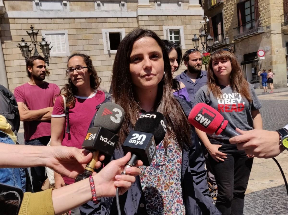 La diputada de la CUP Maria Sirvent aquest dimarts al migdia davant el Palau de la Generalitat.
