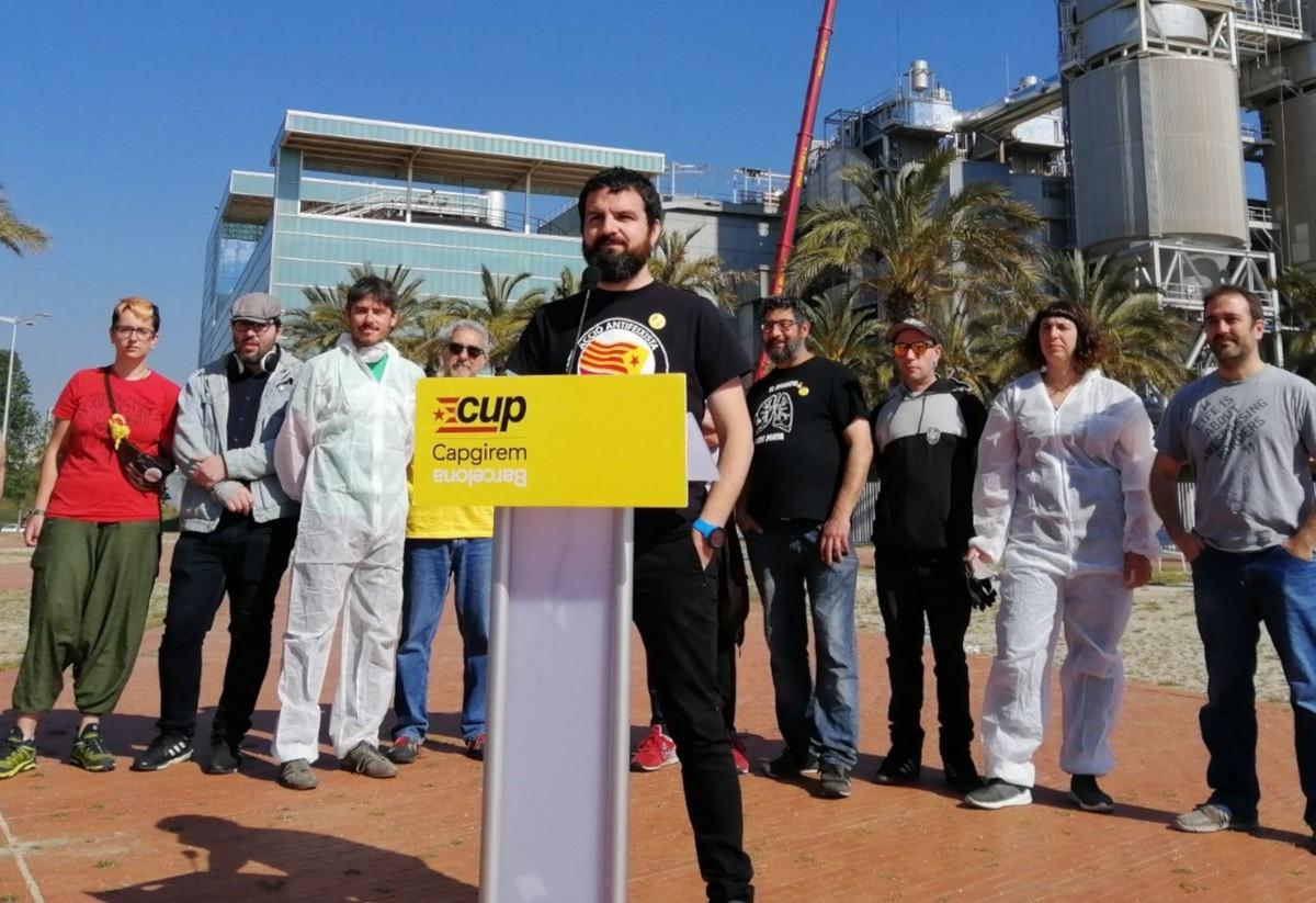 El número quatre de la CUP Capgirem Barcelona, aquest dimarts al matí davant la incineradora TERSA.