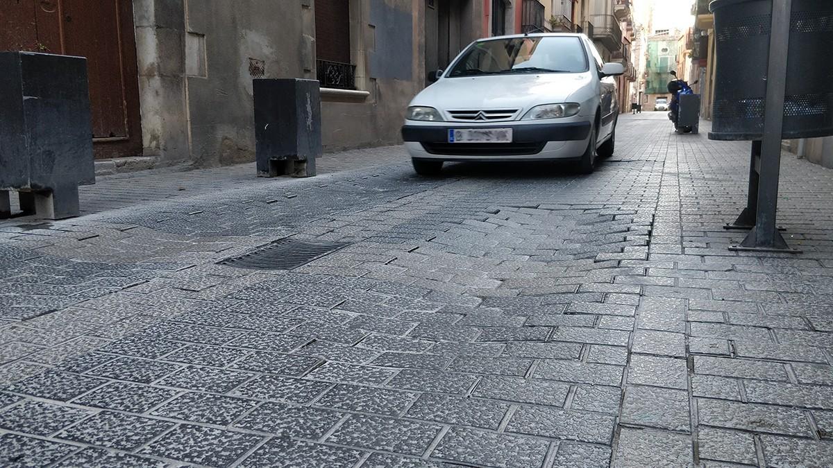 Llambordes malmeses al Carrer Pàdua, dins el Nucli Antic de Vilanova i la Geltrú