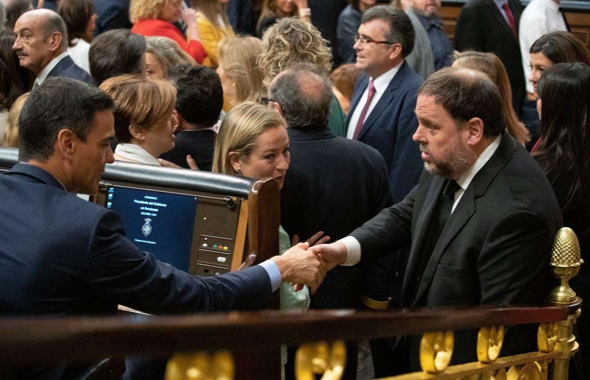 Encaixada de mans entre Sánchez i Junqueras.
