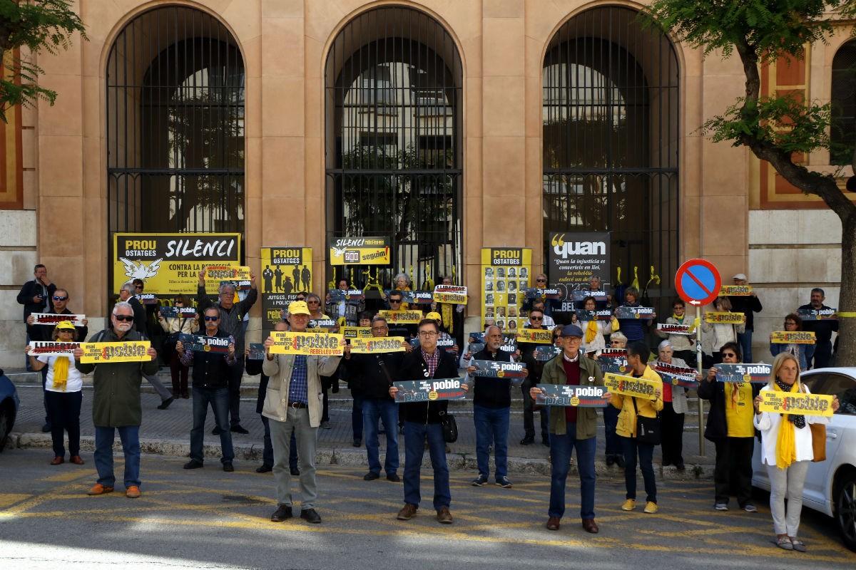 Els participants en la protesta del col·lectiu 'Silenci, rebel·leu-vos', davant els jutjats de Tarragona.