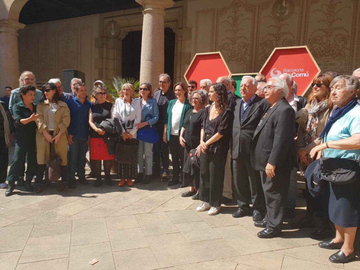 Ada Colau, amb representants del manifest de suport a la candidata dels comuns.