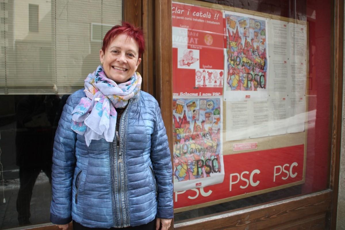 Encarna Tarifa, davant la seu del PSC a Solsona