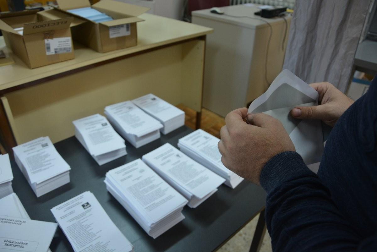 Votant en un col·legi electoral de Berga.