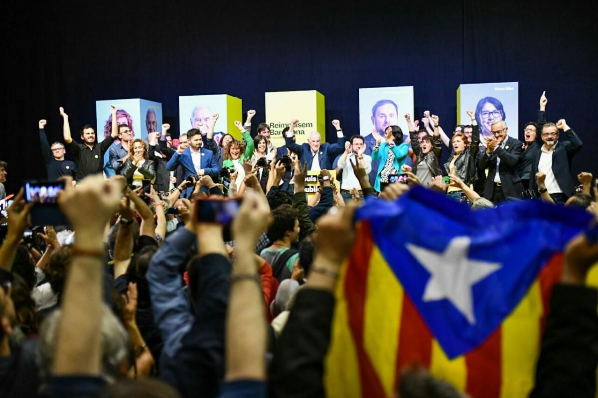 Militants d'ERC celebren els resultats del partit.