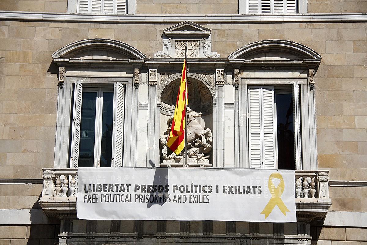 La pancarta de suport als presos penjada al Palau de la Generalitat